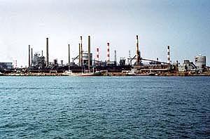 工場地帯の煙突群の画像