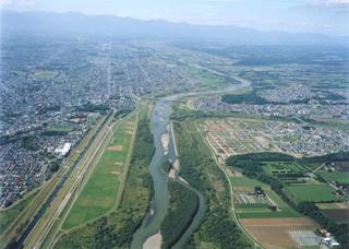 帯広市中心部を流れる十勝川