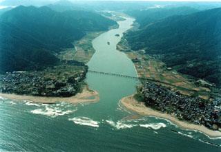 日本海に注ぐ由良川