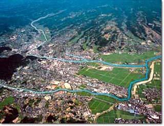 諫早市街部を流れ有明海へ注がれる本明川