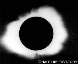 日食のときに見られる太陽の大気「コロナ」