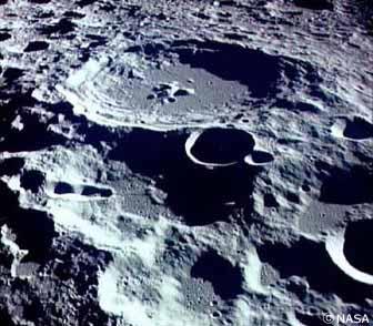 巨大な月のクレーター
