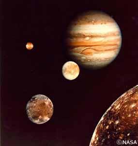 木星と4大衛星(合成)。手前から、ガニメデ、カリスト、エウロパ、イオ。